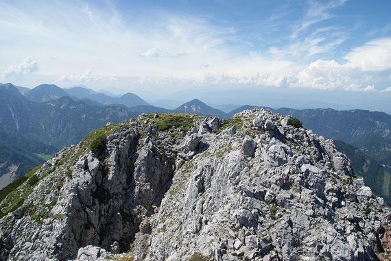 """Der Gipfel mit dem kleinen Kreuz; links ist der """"breite"""" Kosiak zu sehen"""