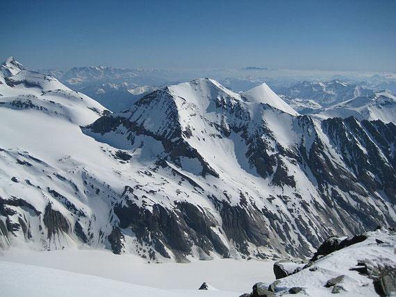 Im Nordosten erheben sich das Große Wiesbachhorn (ganz links) dann der Fuscherkarkopf (Bildmitte) und im Hintergrund der Dachstein (rechts vom Fuscherkarkopf) und das Tennengebirge links davon