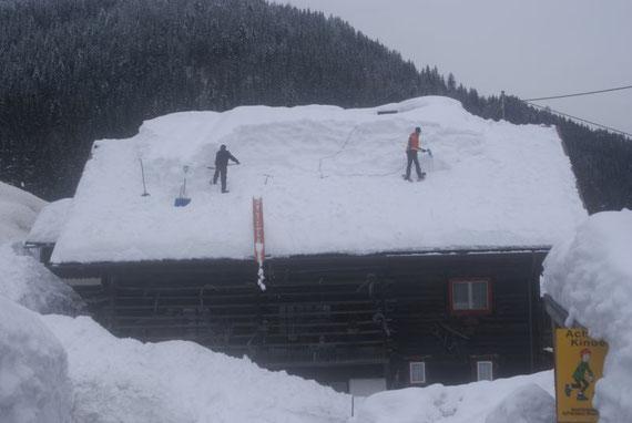 Mittlerweile wird der Schnee für viele Dächer zur Belastungsprobe, weshalb es sich empfiehlt die Dächer abzuschaufeln
