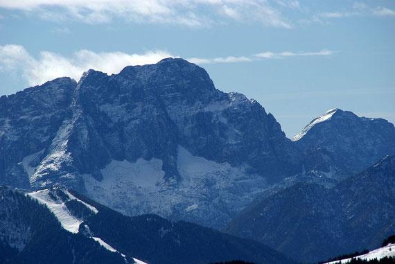 Zoom zum Montasch mit seiner mächtigen Nordwand
