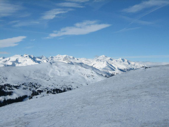 Vom Gipfel aus hat man ein schönes Panorama. Im Westen zeigt sich die Hochalm