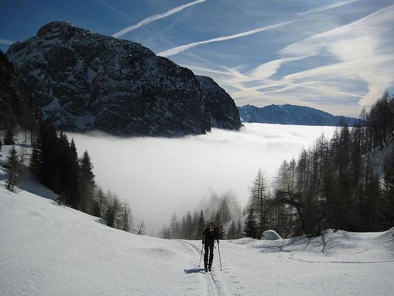 Beim Aufstieg der Blick zurück auf den Kleinen Pal (1866m) und das Nebelmeer