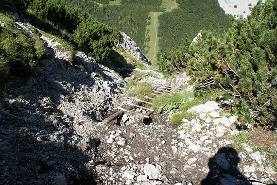 Die kurze Holzleiter mit dem Tiefblick zum Hajnžsattel