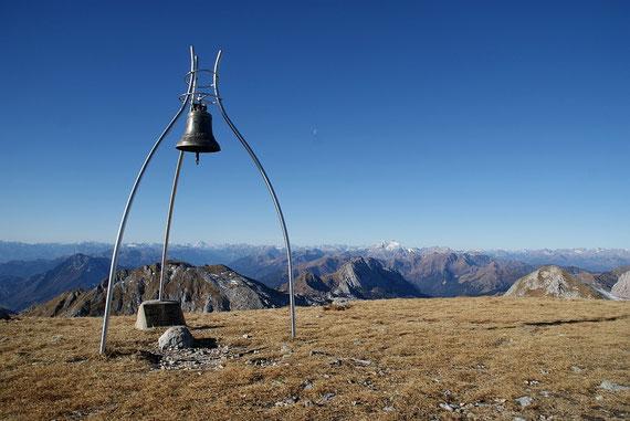 Am Gipfel bei der Glocke, der Blick zu den westlichen Karnischen Alpen