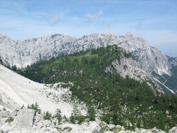 Der kleine bewaldete Hügel im Vordergrund ist die Sleme, im Hintergrund erhebt sich der Zug der Ponza (2272m)