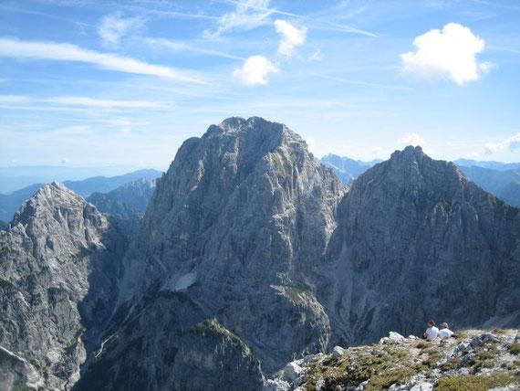 Nach Osten der Wischberg (2666m, Bildmitte) mit dem Grande Nabois (2313m, links) und den Kastreinspitzen (2572m, rechts)