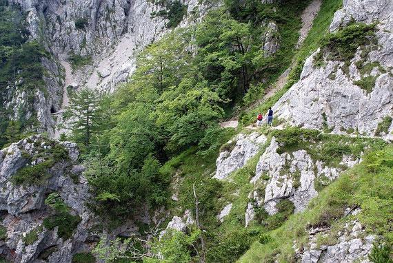 Der Weg nach dem Tunnel führt durch steiles und felsiges Gelände