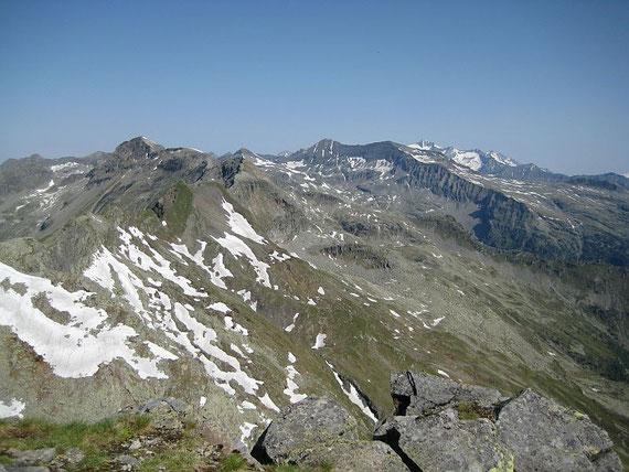 Im Norden zeigt sich der Gipfel der Hochalm (rechts im Bild)