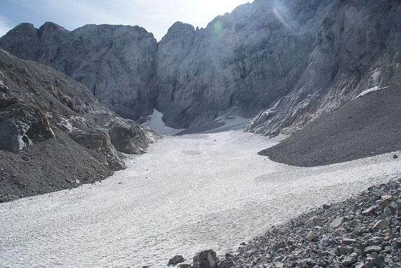 Die Gletscherzunge mit Blickrichtung zum Wandfuß. Seit mittlerweile 4 Jahren ist diese sehr gut mit Schnee bzw. Firn gefüllt.