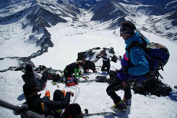 Am Gipfel herrscht am 15.3.2012 beste Stimmung. Eine Gruppe backt sogar Palatschinken!