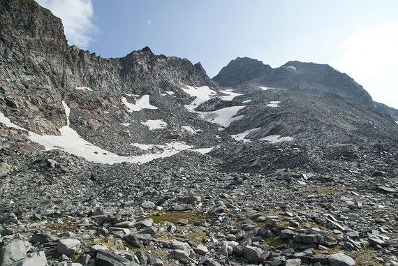 Beim Aufstieg der Blick über die Reste des Lassacher Kees zum Gipfel (rechts der Bildmitte)