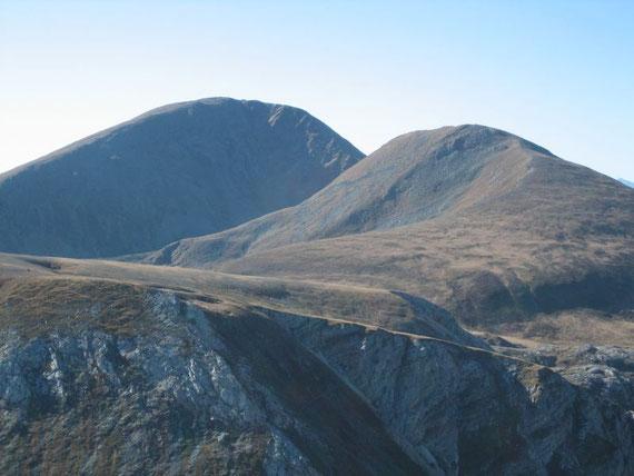 Am Gipfel bot sich ein traumhafter Rundblick. Nach Westen hin erhebt sich der Rosennock. Mit 2440m ist er der höchste der Nockberge. Rechts davon der Kleine Rosennock (2361m)