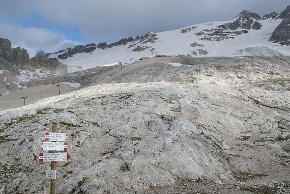 Am Col de Bous der Blick aufwärts zur Schutzhütte und zum Gletscher