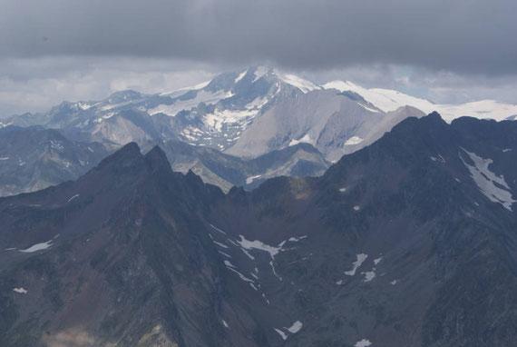 Vom Gipfel aus zeigt sich der Großglockner, sofern er nicht in Wolken steckt