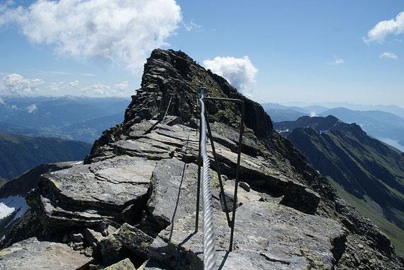 Unterwegs am Grat, knapp neben dem höchsten Punkt kann man schon das Gipfelkreuz erkennen