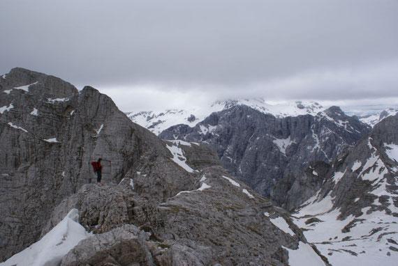 Blick zum Stenar, im Hintergrund die Kredarica und in Wolken der Triglav