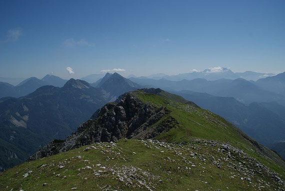 Vom Gipfel der Blick nach Osten, rechts die Steiner Alpen, links die Karawanken