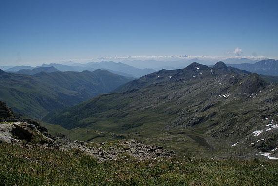 Knapp vor dem Gipfel öffnet sich der beeindruckende Blick nach Süden, welcher bis zu den Julischen Alpen reicht