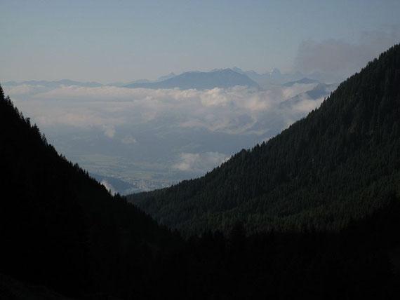 Im Tal hält sich noch Nebel von den Gewittern des Vortages, darüber ist es wolkenlos, die Fernsicht ist aber trotzdem nicht perfekt
