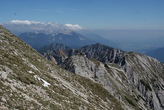 Kurz vorm Gipfel kommen die östlichen Karawanken ins Blickfeld