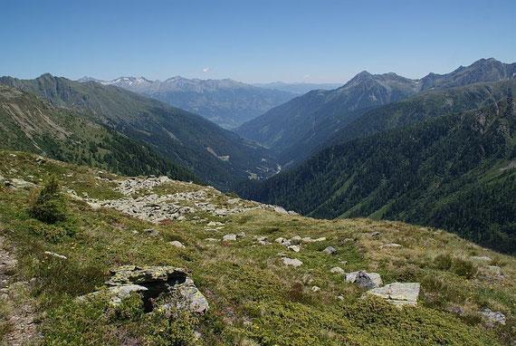 Unterwegs am Höhenweg, Blick talaus (links die Teuchlspitze)