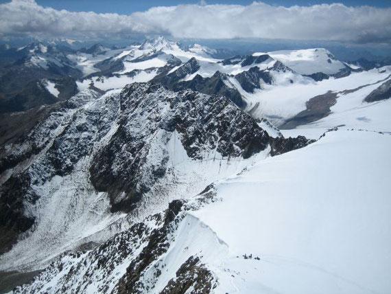 Vom Gipfel der Blick nach Süden auf die Weißkugel (3739m, Bildmitte) und die Weißseespitze (3510m, rechter Bildrand)