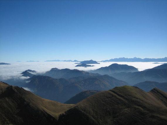 Im Osten ist im Hintergrund links die knapp 110km weit entfernte Petzen (2113m) zu sehen. In der Bildmitte der Dobratsch (2167m) und weiter rechts der slowenische Teil der Julischen Alpen