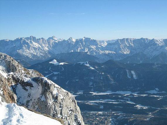 Zuletzt noch der Blick in die Julischen Alpen. Der höchste Spitz ist der Triglav, rechts kommen Razor, Prisank dann der Vrsic Pass und die Mojstrovka