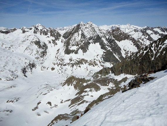 Vom Gipfel reicht der Blick nach Nordwesten bis zum Glockner