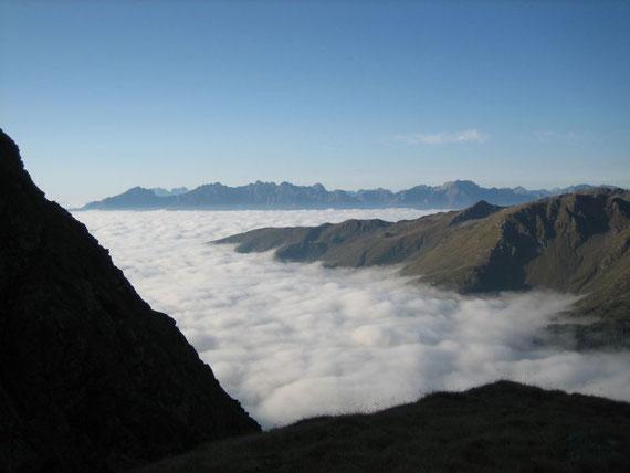 Der Hochnebel reicht bis fast 2000m Seehöhe, im Hintergrund erheben sich die Lienzer Dolomiten und die Karnischen Alpen
