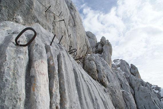 Klassisches Klettersteigbild von der Škrlatica, so gut versichert sind aber nur kurze Passagen (Foto vom 12.10.2011)