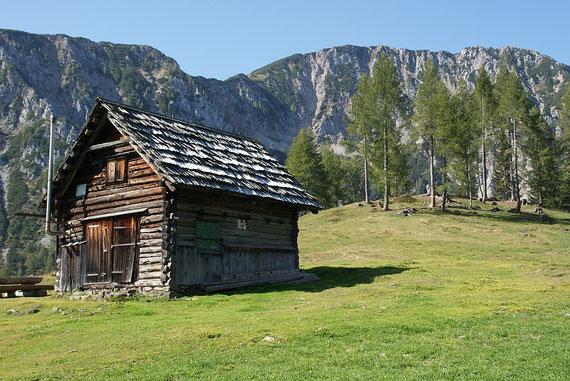 Hütte auf der Ogrisalm mit Blick zum Kosiak (aufgenommen am 27.9.2011)