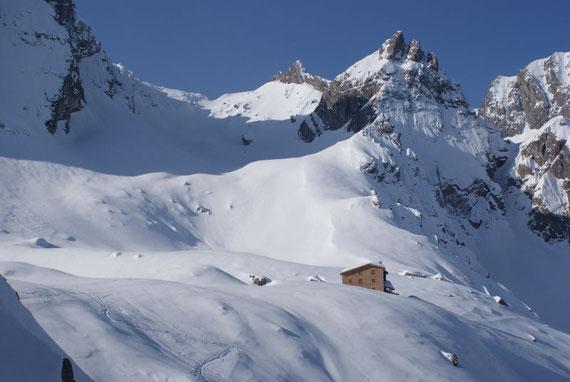 Die Karlsbader Hütte mit der Ödkarscharte im Hintergrund