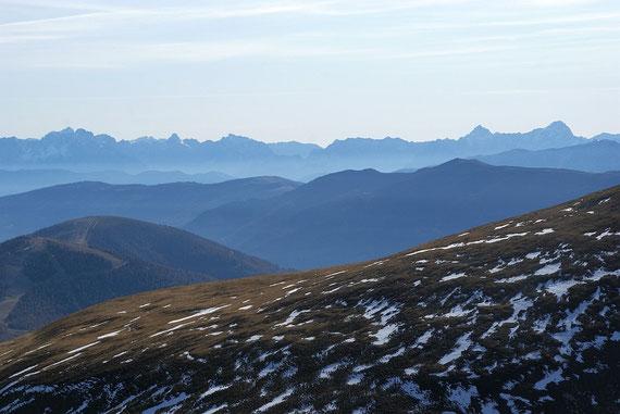 Die Julischen Alpen grüßen im Süden am Horizont