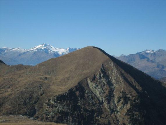 Nach Nordwesten die Hohen Tauern mit der Hochalmspitze (3360m) im Hintergrund und dem Plattnock (2316m) im Vordergrund