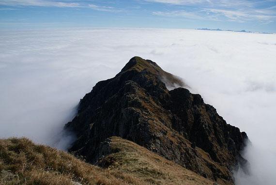 Der Blick zurück über den Grat zum Kleinen Grakofel, im Hintergrund die Julischen Alpen