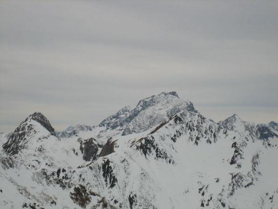 Im Westen der Stock der Kellerwand mit dem Kollinkofel (2691m), rechts davon der kleine Spitze der Rauchkofel (2460m) und am linken Bildrand der Promos (2195m)