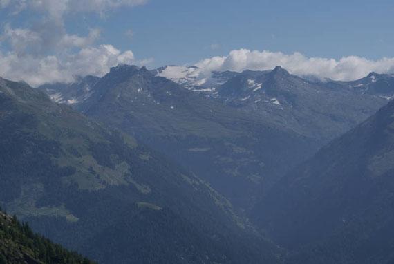 Auf der anderen Talseite im Osten zeigt sich der Mölltaler Gletscher