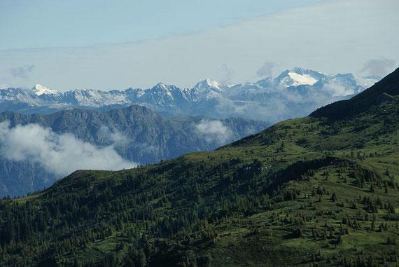 Beim Einstieg zum Klettersteig zeigt sich im Norden die Hochalm (rechts) und der Ankogel (links)