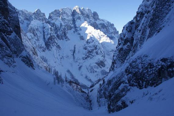 Im Westen zeigt sich das Montasch-Massiv mit der beängstigenden Brdo-Rinne