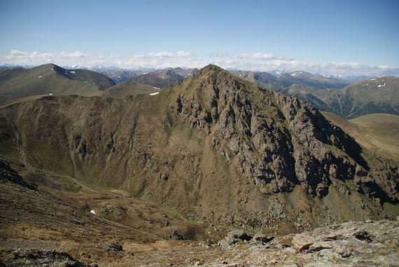 Der Flakertspitz grüßt, durch die Felswände führt der schwierige Falkensteig (Klettersteig); im Vordergrund ist das schöne Sonntagstal (Aufstiegsweg) zu erkennen