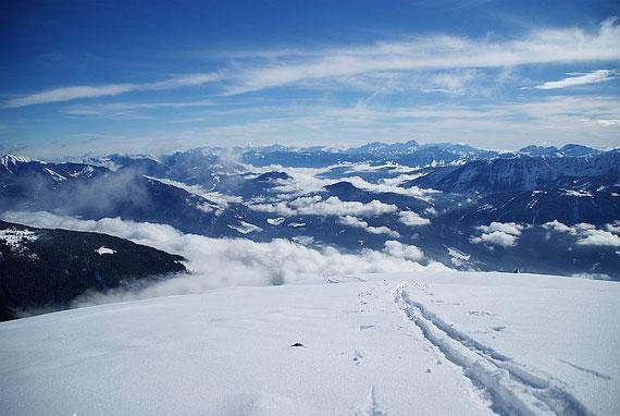 Der Blick vom Naßfeldriegel nach Osten reicht bis zu den Julischen Alpen