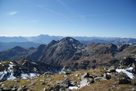 Das Scharnik, noch ein weiter Weg, im Hintergrund die Karnischen Alpen