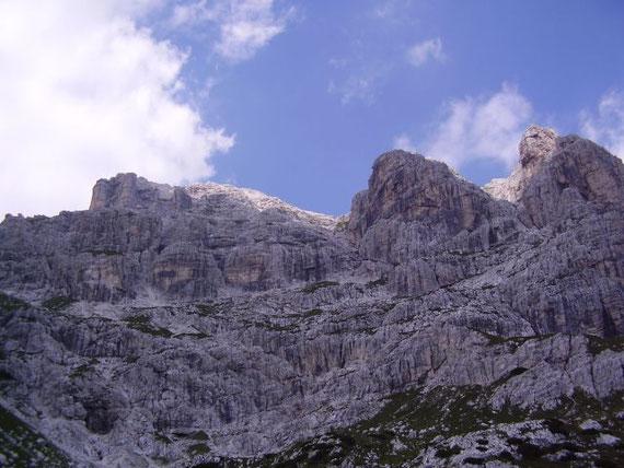 Blick hinauf zum Wischberg (links), am linken Rand des mittleren Pfeilers führt die Aufstiegsroute/ Klettersteig