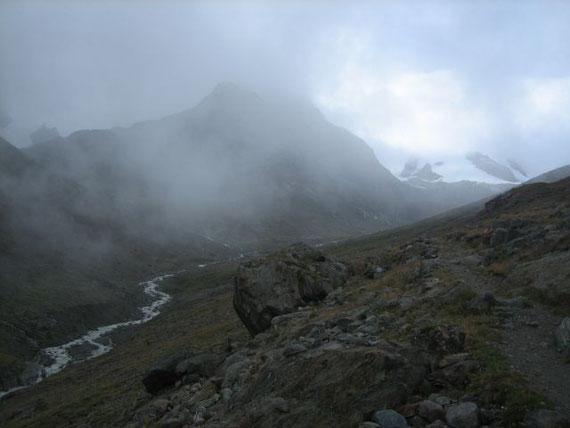 Die Nebel verhüllen die Vernagthütte (Bildmitte)