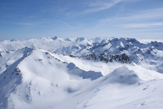 Im Osten zeigen sich die Gipfel der Schoberruppe und im Hintergrund auch Gipfel wie Sonnblick und Hocharn oder auch der Dachstein