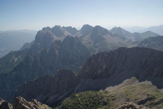 Neben zahlreichen anderen Gipfel zeigen sich hier die Große Sandspitze und der Seekofel, Erinnerungen an eine gewaltige Schitour werden wach