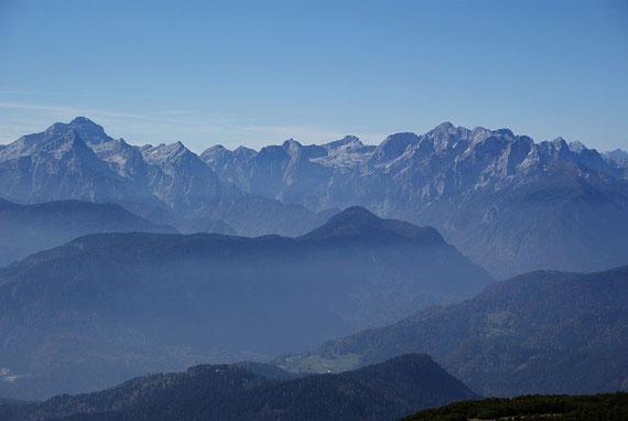 Der Blick vom Bärensattel in die Julischen Alpen (links Triglav, rechts Skraltica und dazwischen Stenar und Razor)