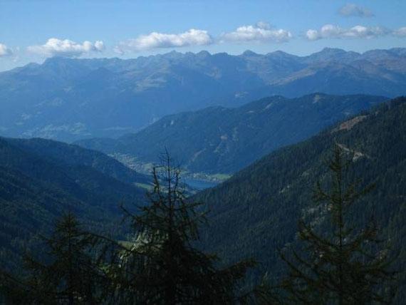 Während des Aufstiegs zeigt sich die Westseite des Weißensees (930m), im Hintergrund die Kreuzeckgruppe