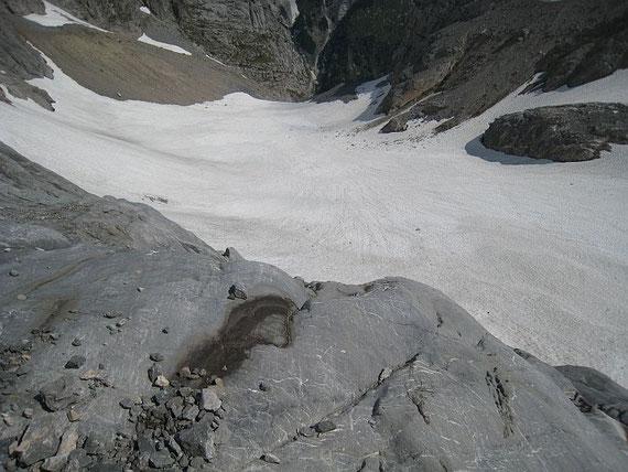 Die komplett mit Schnee aufgefüllte Gletscherzunge